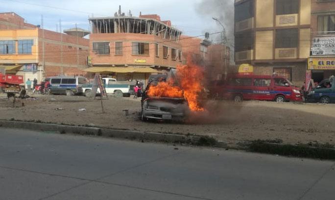 Vecinos queman vehículo de presuntos delincuentes