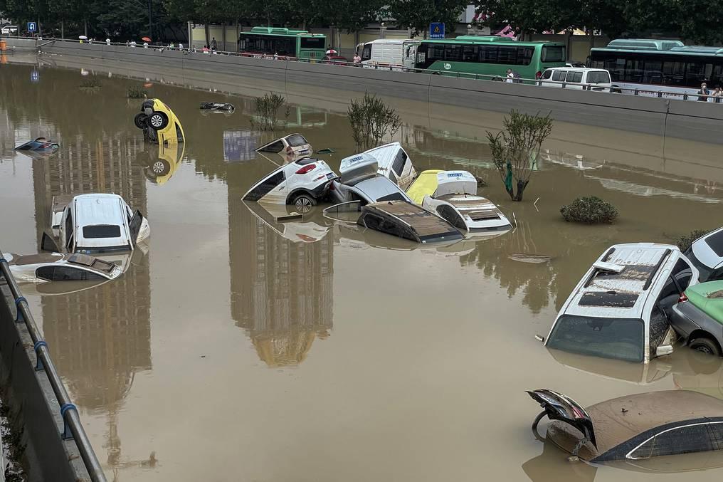 Al menos 25 muertos por las lluvias torrenciales en China que amenazan con romper una represa