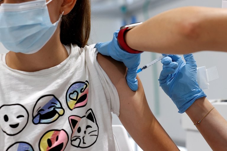 Expertos sanitarios del Reino Unido recomendaron vacunar a adolescentes de entre 12 y 15 años