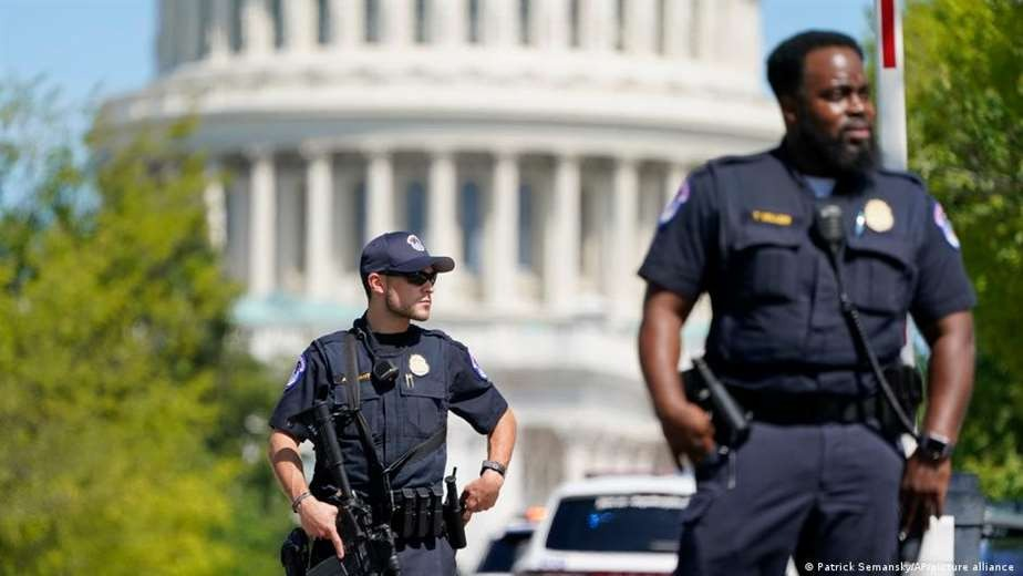 Sancionan a seis policías por conducta durante asalto al Capitolio
